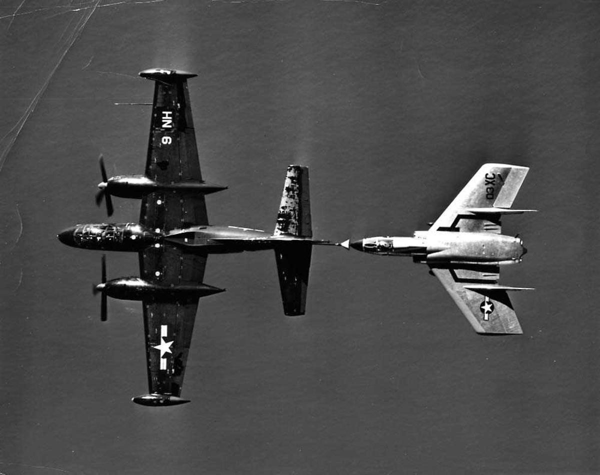 Luftfoto. To fly i luften. Chance Vought F7U-3M Cutlass som blir tanket fra en North American AJ-2 Savage.