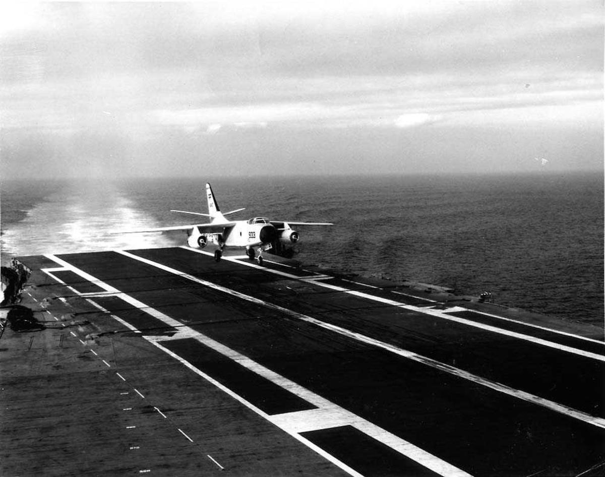 Ett fly som lander på et hangarskipet USSOriskany, Douglas A3D Skywarrior.