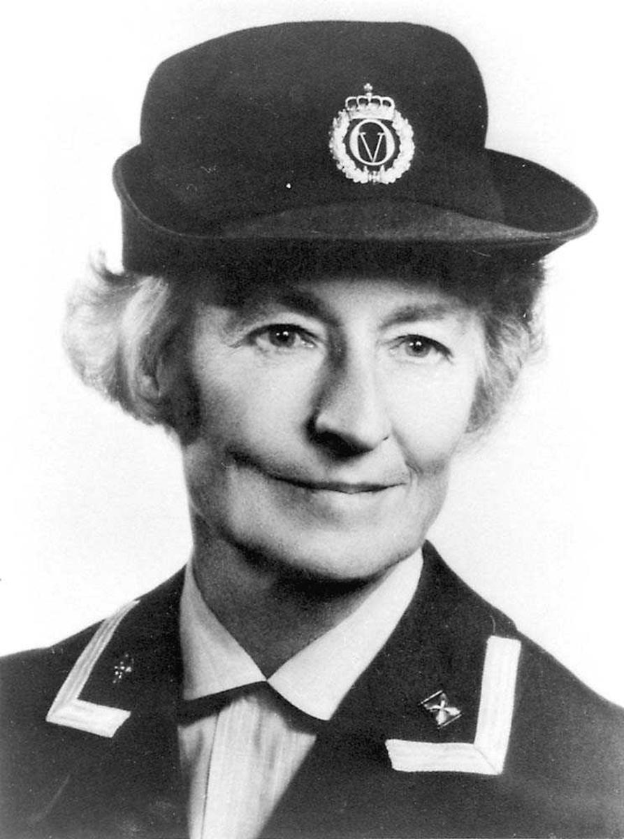 Portrett. En person. Kvinne i militæruniform.