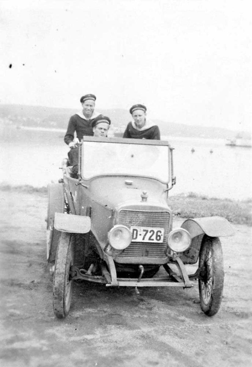 Portrett av tre personer som sitter i en bil.