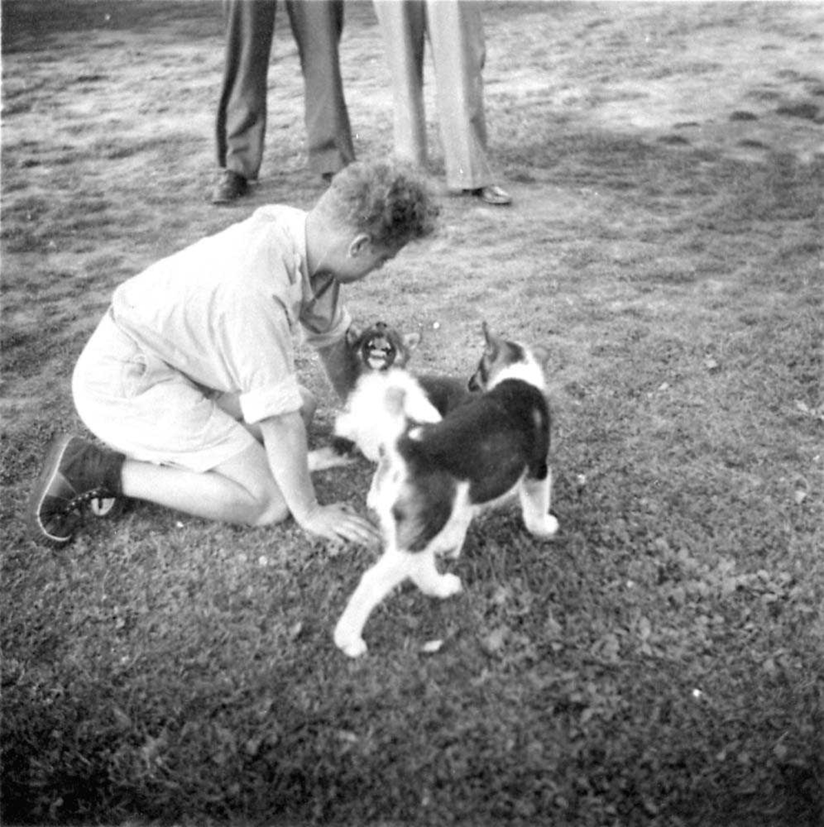 Portrett. En person, mann med en hund og en apekatt ved siden av seg.