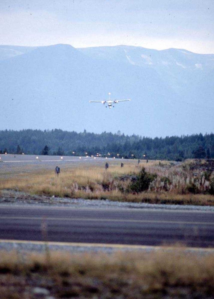 Lufthavn/Flyplass. Mo i Rana/Røsvold. Ett fly, DHC-6-300 Twin Otter fra Widerøe før landing.