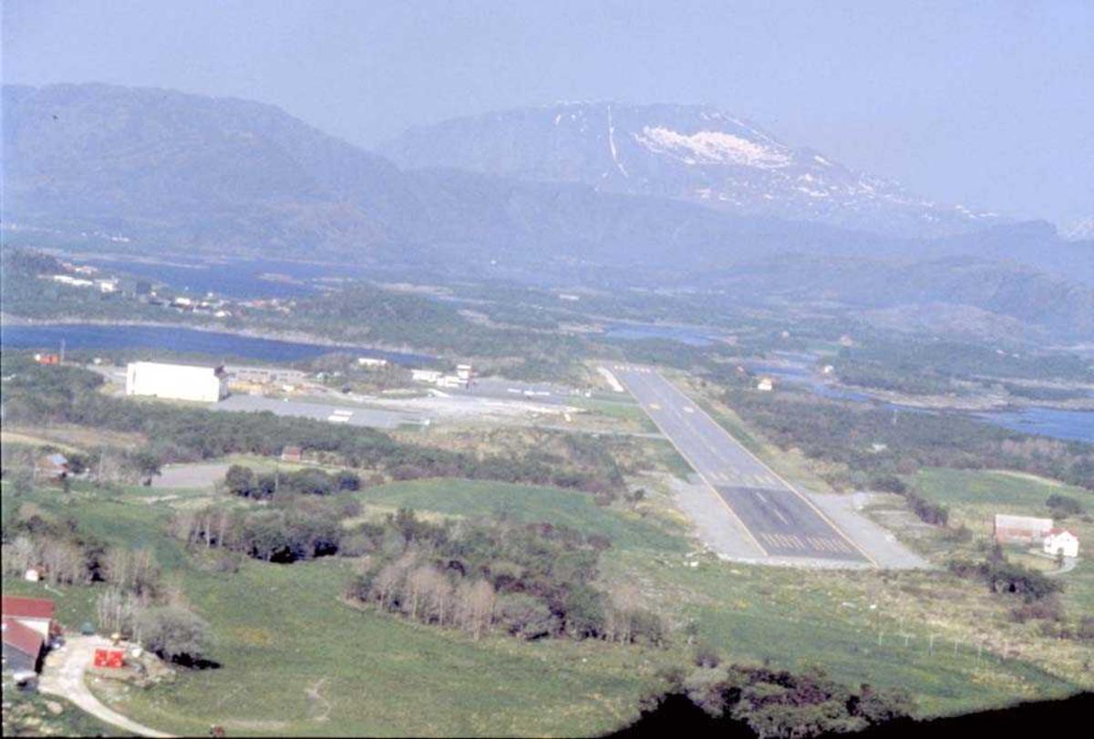 Lufthavn/Flyplass. Oversikt over Brønnøysund Lufthavn.