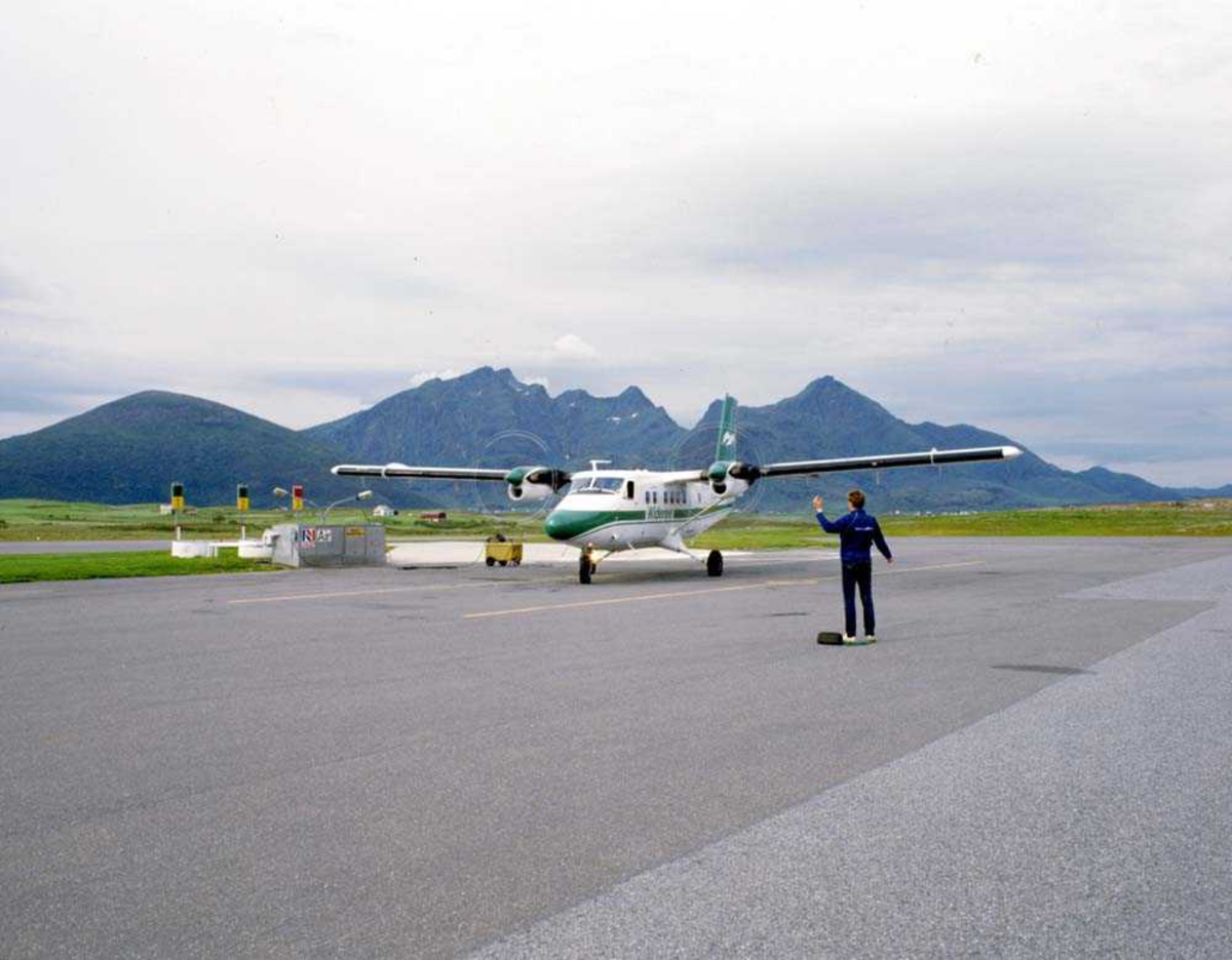 Lufthavn/Flyplass. Leknes. Ankomst DHC-6-300 Twin Otter fra Widerøe.