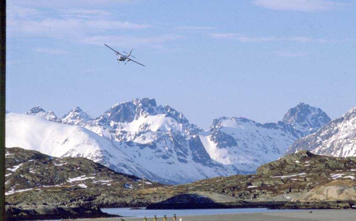 Luftfoto. Ett fly, DHC-6-300 Twin Otter fra Widerøe under innflyging til Svolvær