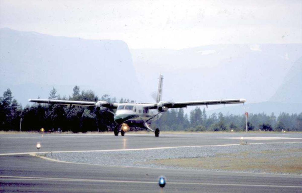Lufthavn/Flyplass. Sandane. Ett fly, LN-BNX, DHC-6-300 Twin Otter fra Widerøe.
