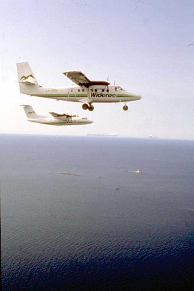 Luftfoto. Vestfjorden. To fly, LN-BNH, DHC-6-300 Twin Otter og LN-WFG, DHC-7-102 Dash 7 fra Widerøe.