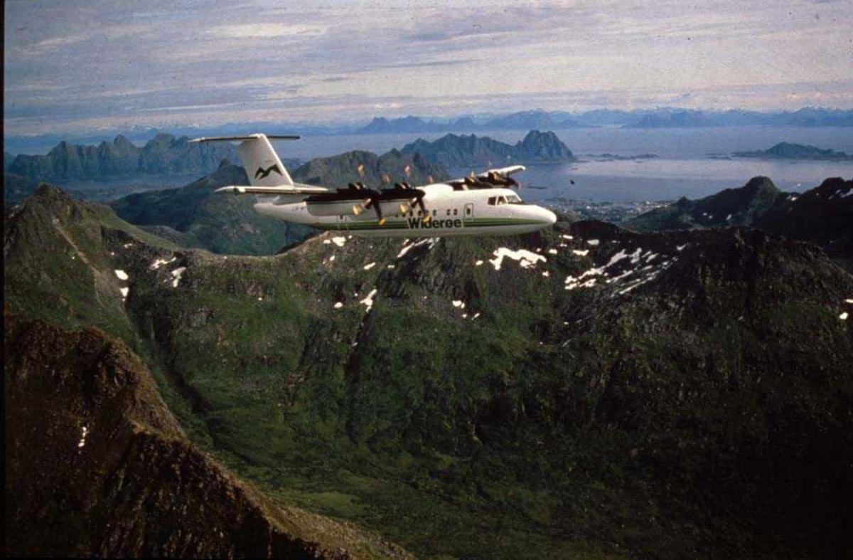 Luftfoto. Lofoten/Svolvær. ett fly, LN-WFG, DHC-7-102 Dash 7 fra Widerøe.