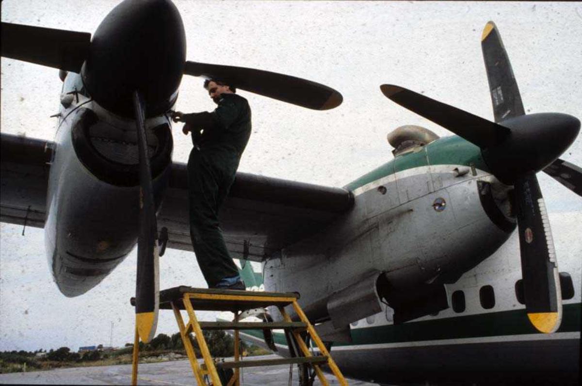 Lufthavn/Lufthavn. Florø. Ett fly, DHC-7-102  Dash 7 fra Widerøe