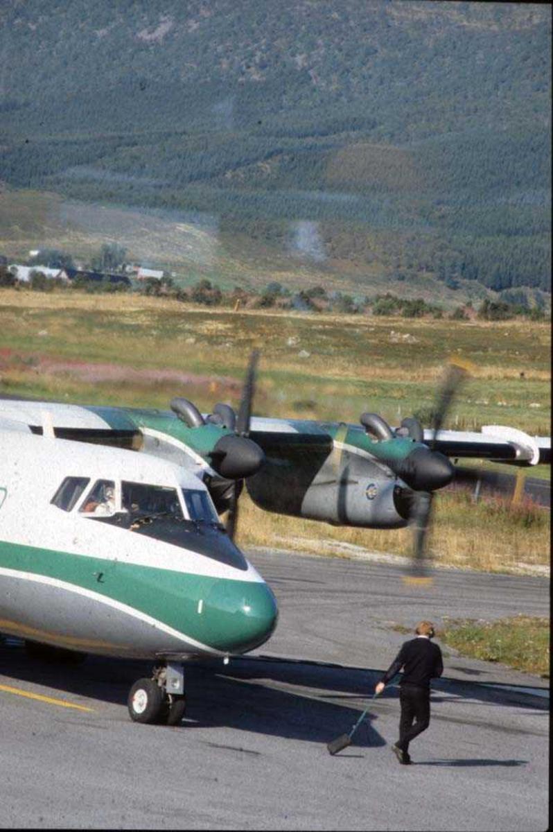 Lufthavn/Flyplass. Stokmarknes/Skagen. Ett fly, LN-WFI, DHC-7-102  Dash 7 fra Widerøe