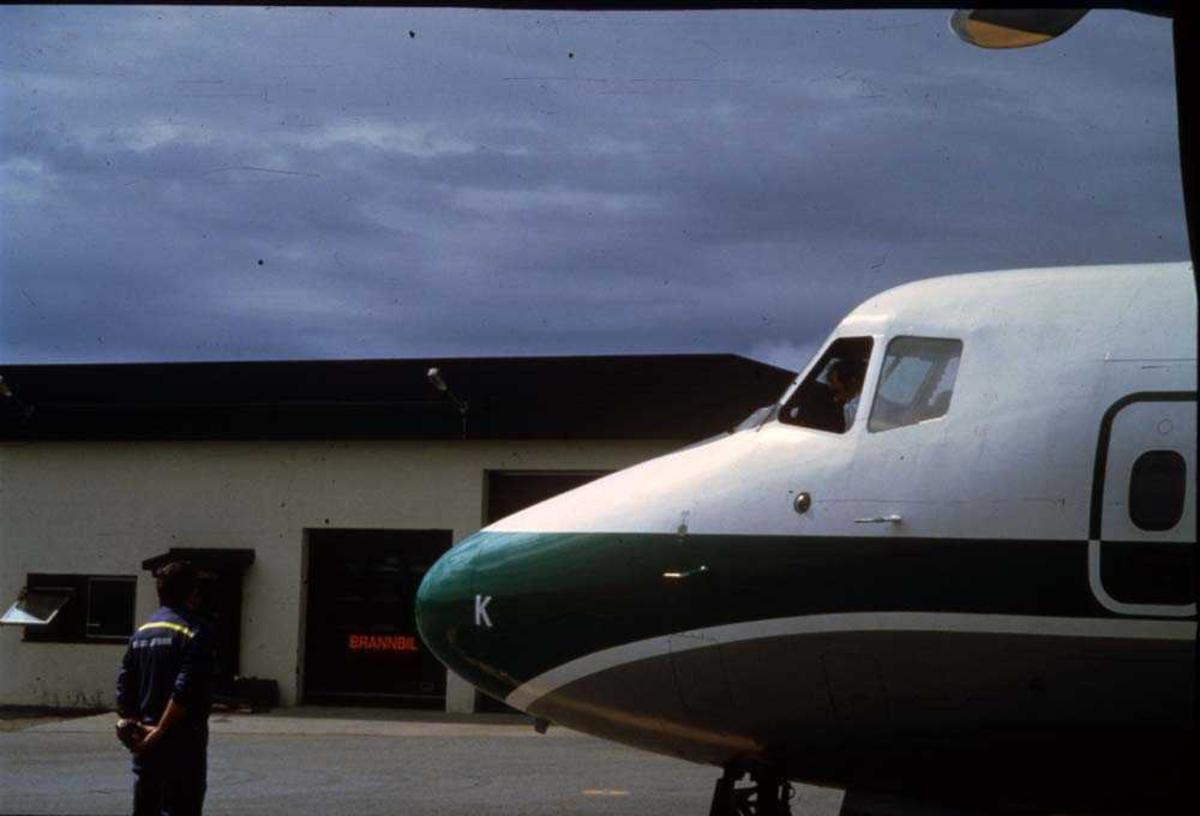 Lufthavn/Flyplass. Svolvær/Helle. Flykaptein (flyger/pilot) og Lufthavnbetjent. Ett fly, LN-WFK,  De Havilland Canada DHC-7-102 Dash 7 fra Widerøe