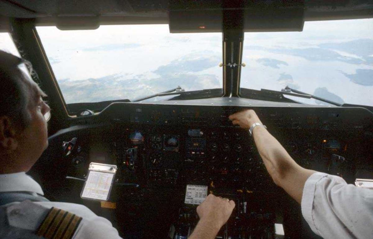 Cockpit. Flykaptein (flyger/pilot). Ett fly, De Havilland Canada DHC-7-102 Dash7 fra Widerøe.