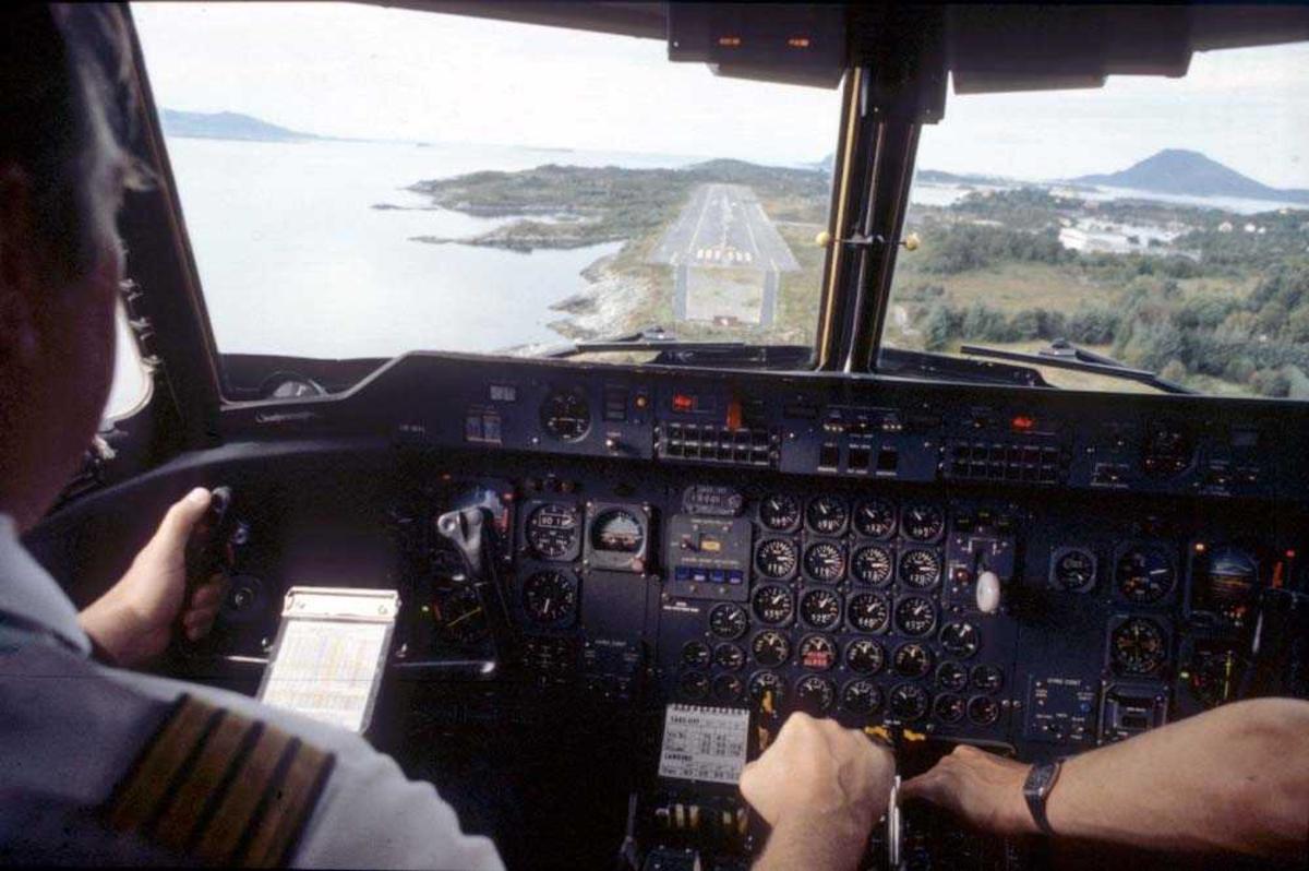 Cockpit. Flykaptein (flyger/pilot) . Florø. Landing Runway 25. Ett fly,  De Havilland Canada DHC-7-102 Dash7 fra Widerøe.