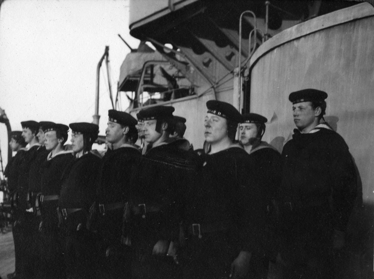 Fartyg: OSCAR II                       Bredd över allt 15,42 meter Längd över allt 95,6/97,9 meter  Byggår: 1905 Varv: Lindholmens Verkstad Övrigt: Pansarskeppet Oscar II. Livet ombord