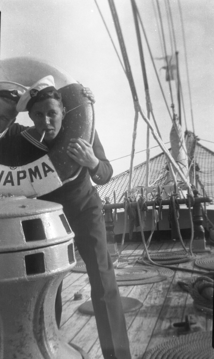 Övrigt: Skeppsgosse med livboj på skolskeppet Af chapman