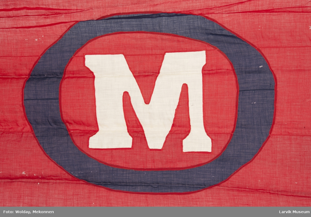 Rødt flagg m. hvit M i sort O.