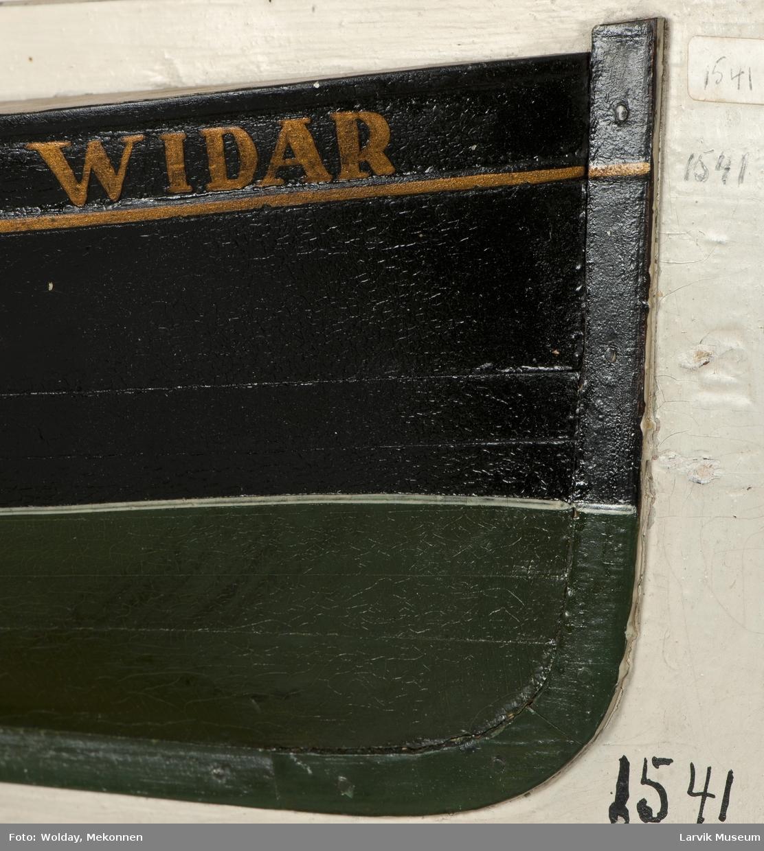 """Halvmodell på grå plate av """"Widar""""."""