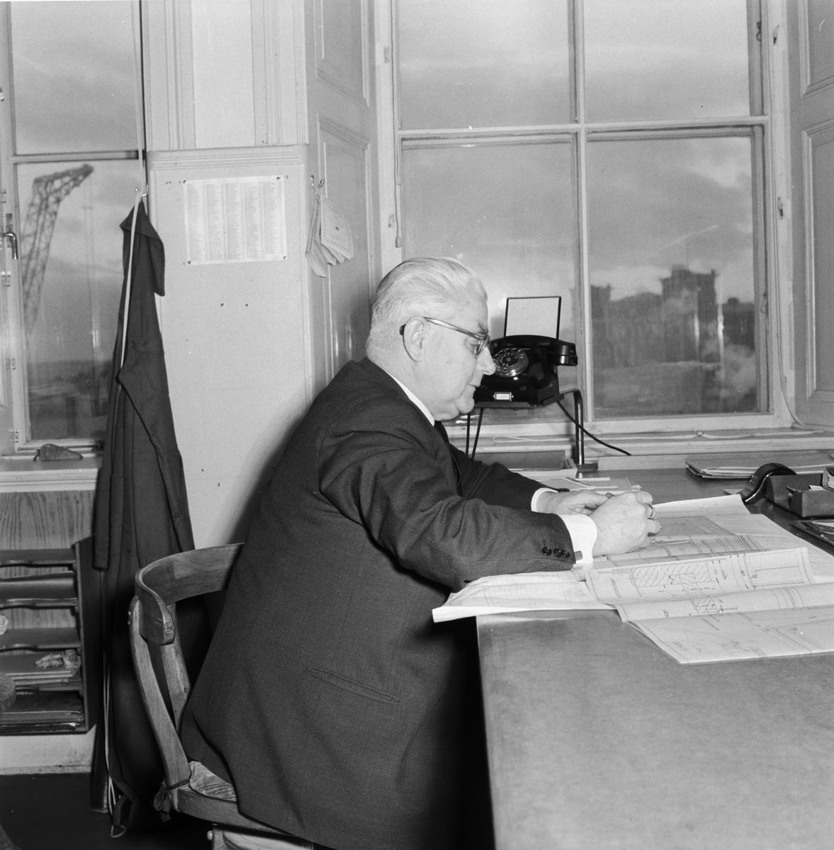 """Övrigt: Foto datum: 7/2 1957 Byggnader och kranar """"Varvet runt"""" pensionärer för personaltidningen. Närmast identisk bild: V13577, ej skannad"""