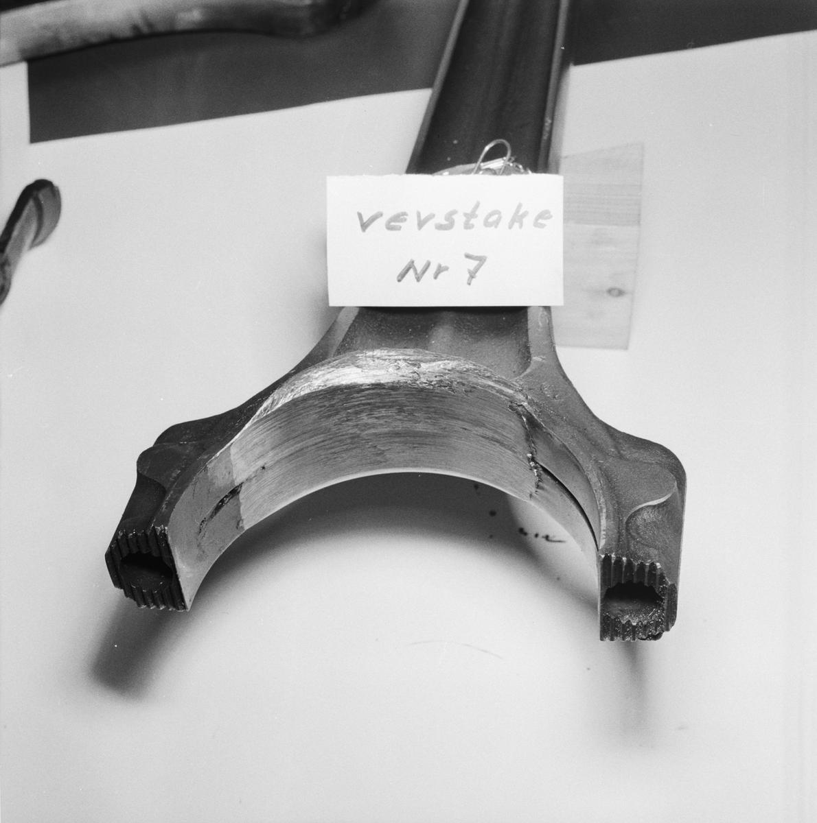 Övrigt: Foto datum: 10/4 1957 Byggnader och kranar Avd.91 detaljer till motor