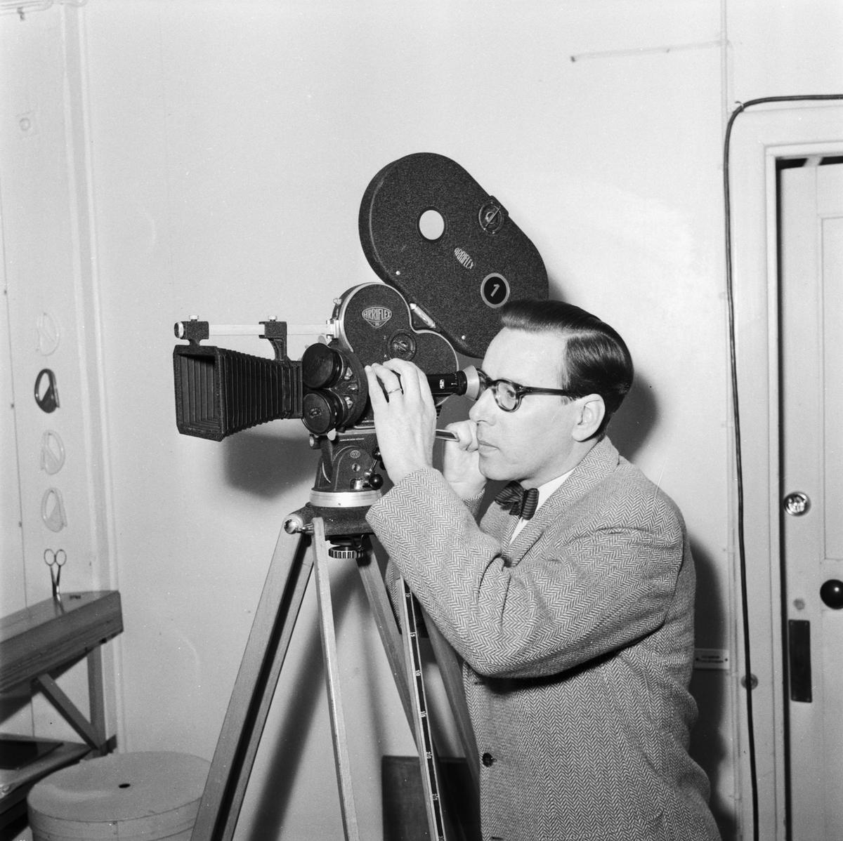 """Övrigt: Foto datum: 24/5 1957 Byggnader och kranar """"Varvet runt"""" labbpersonal. Närmast identisk bild: V13771, ej skannad"""