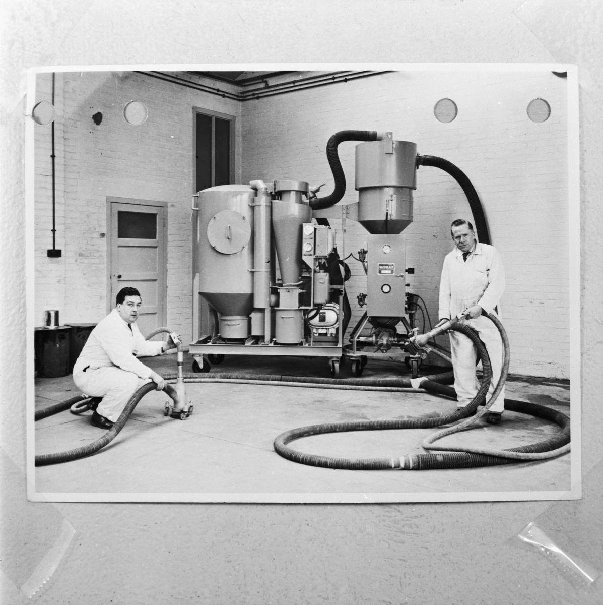 Övrigt: Foto datum: 7/6 1957 Byggnader och kranar Sandblästringsapparat. Närmast identisk bild: V13799, ej skannad