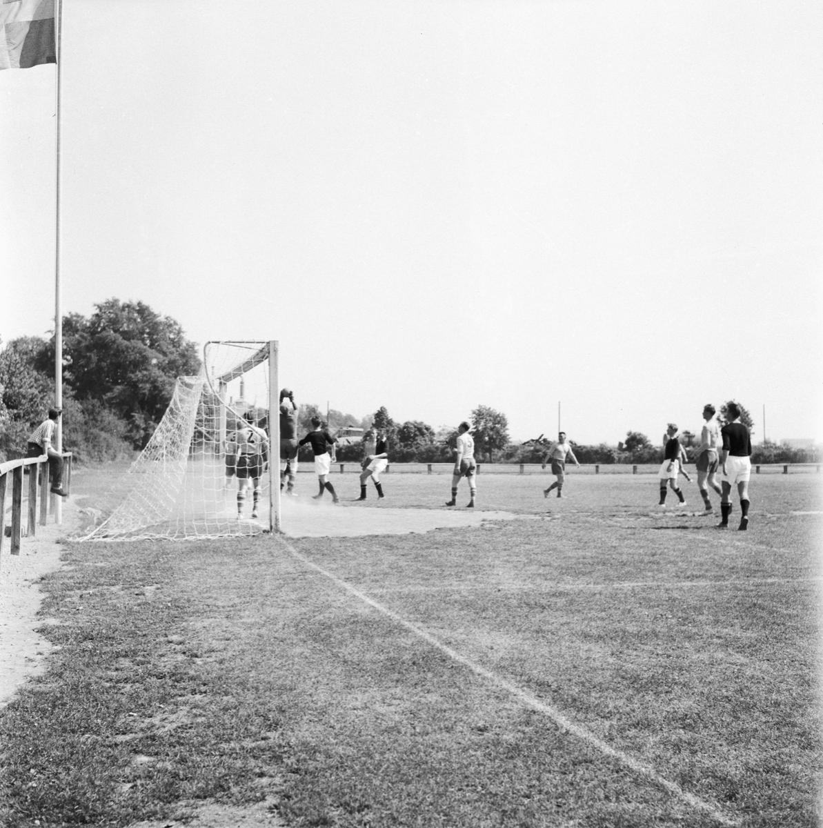 """Övrigt: Foto datum: 12/7 1957 Byggnader och kranar """"Varvet runt"""" fotbollsmatch"""