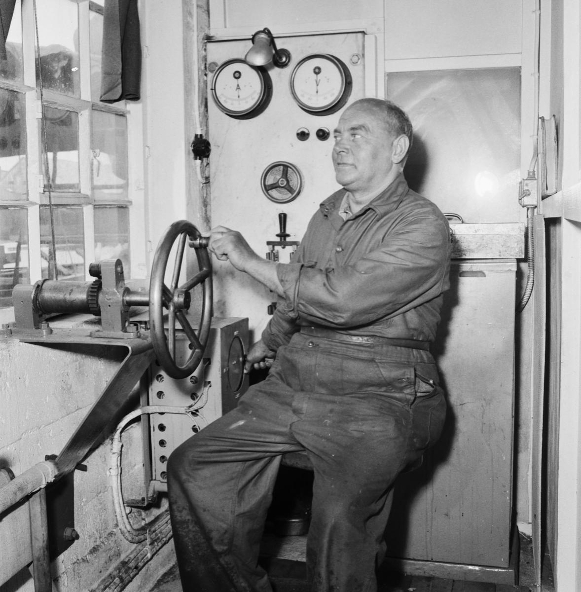 Övrigt: Foto datum: 12/7 1957 Byggnader och kranar Pensionärer i slipens verkstad. Närmast identisk bild: V13875, ej skannad
