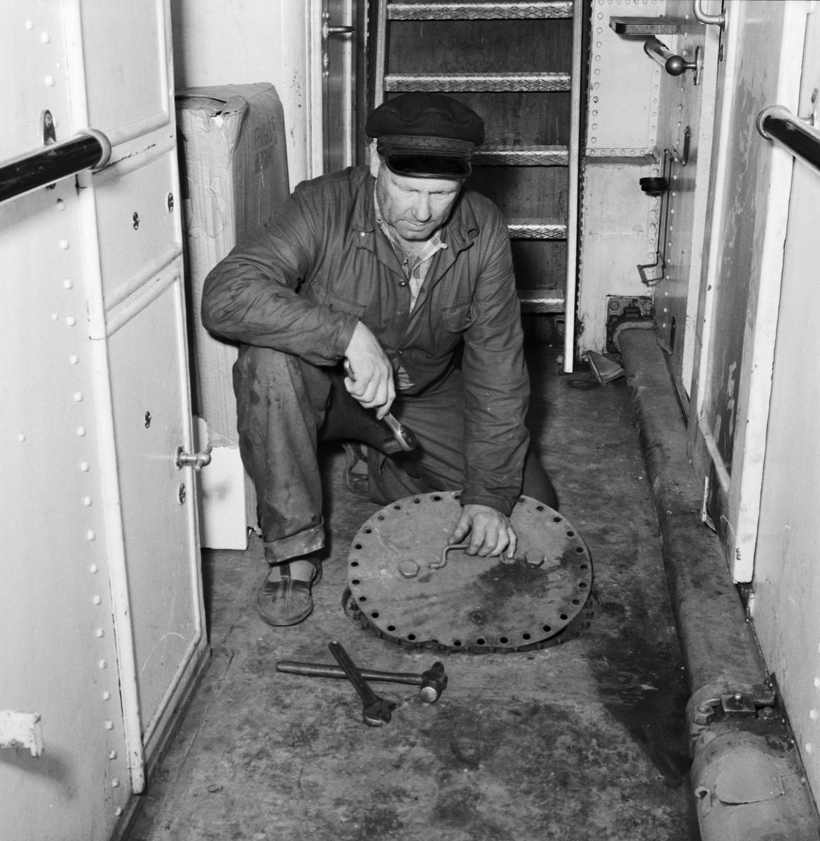 Övrigt: Foto datum: 13/8 1957 Byggnader och kranar Utrustningsverkstan arbete ombord