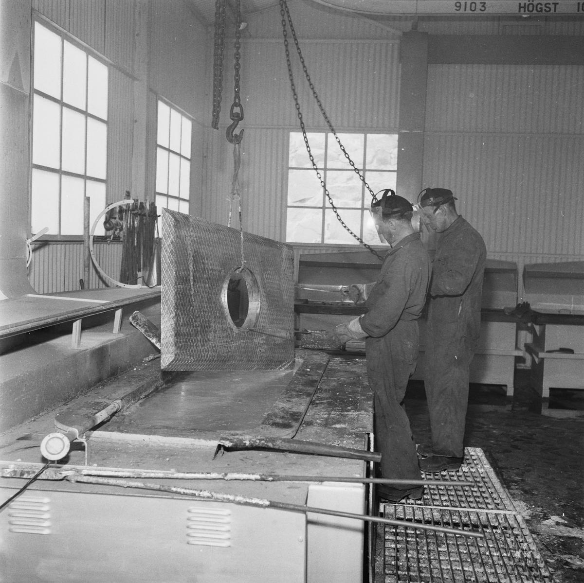Övrigt: Fotodatum:1/6 1958 Byggnader och Kranar. Ytbehandlingsverkstad interiör pågående arbete