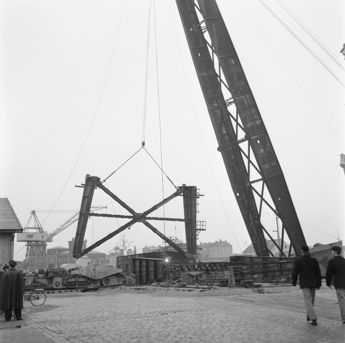 Övrigt: Fotodatum:20/10 1959 Byggnader och Kranar. Nya 100-tonskranen montering av stativ