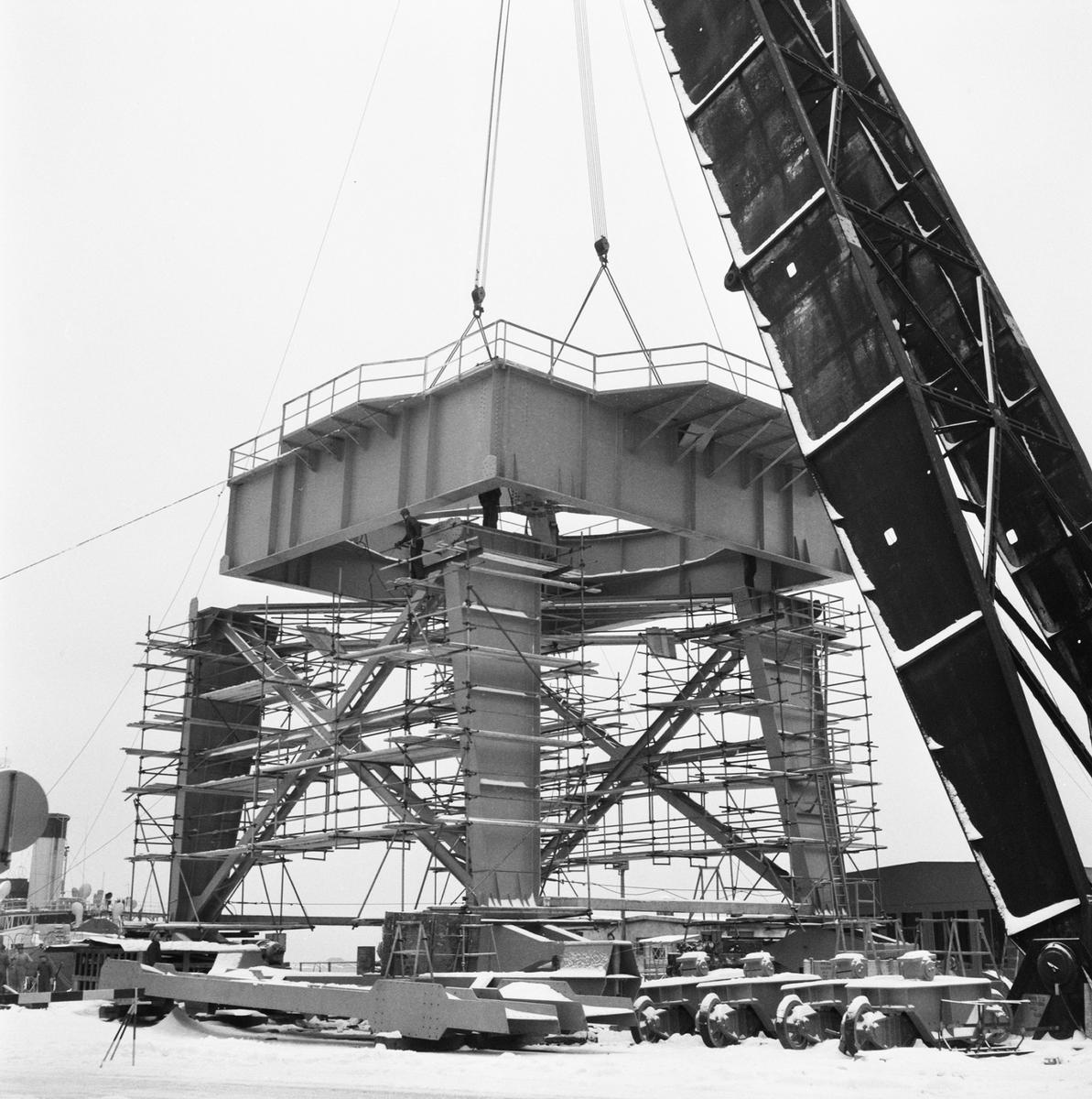 Övrigt: Fotodatum:10/12 1959 Byggnader och Kranar. 100-tonskranen lyft av kranhiss. Närmast identisk bild: V16895, ej skannad