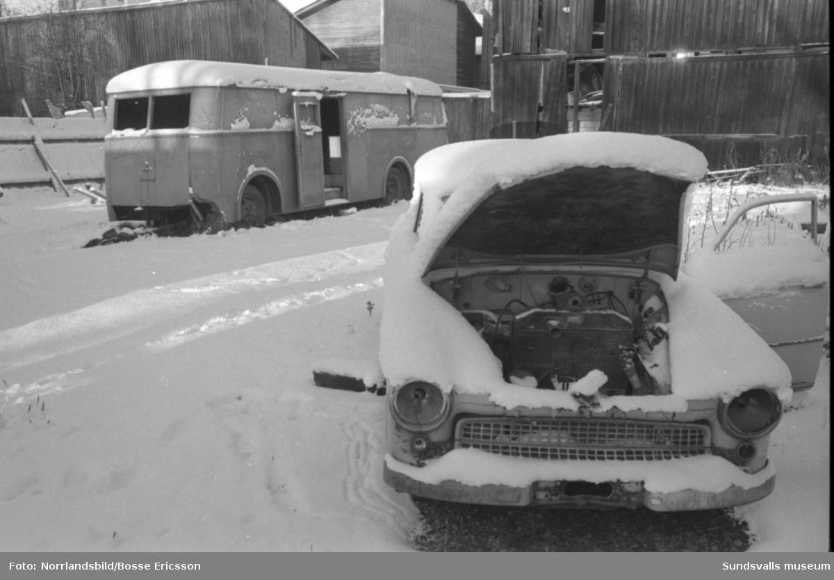 Arbetslösa och utslagna bor i gamla bussar och liknande i Sundsvalls vinterkyla. Reportage för Expressen.