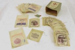 Gjenstanden består av 22 glødenett i en grønn pappeske med etikett fra Keros Glödnätsfabrik. 8 av glødenettene er produsert av J. Auer GMBH under navnet Auer Original og de resterende 14 av Ehrich & Graetz under navnet Petromax. Nettene er hvite med rosa sirkel i midten og er innpakket enkeltvis i originale papirposer.