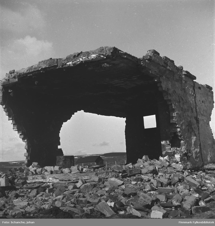 Ruiner etter en stor byggning i Vadsø -46.