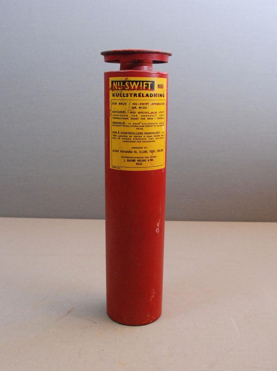 Sylinderformet lullsyrepatron for brannslokkingsapparat. Patronen har ventilratt på toppen.