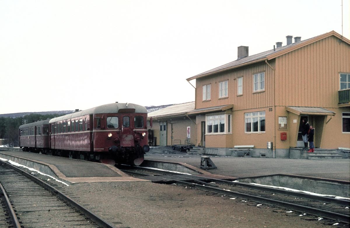 Persontog 372 Røros - Hamar stopper på Os stasjon. Motorvogn BM 86G 13. Os i Østerdalen.