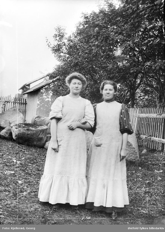 Løten eller Gjøvik. To ukjente kvinner i arbeidstøy, forkle.