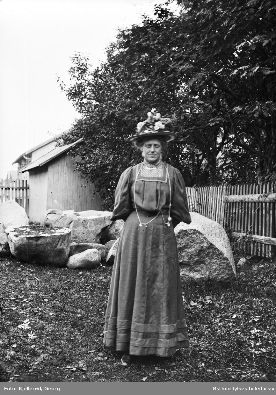 Løten eller Gjøvik. Ukjent kvinne fotografert på ukjent sted.