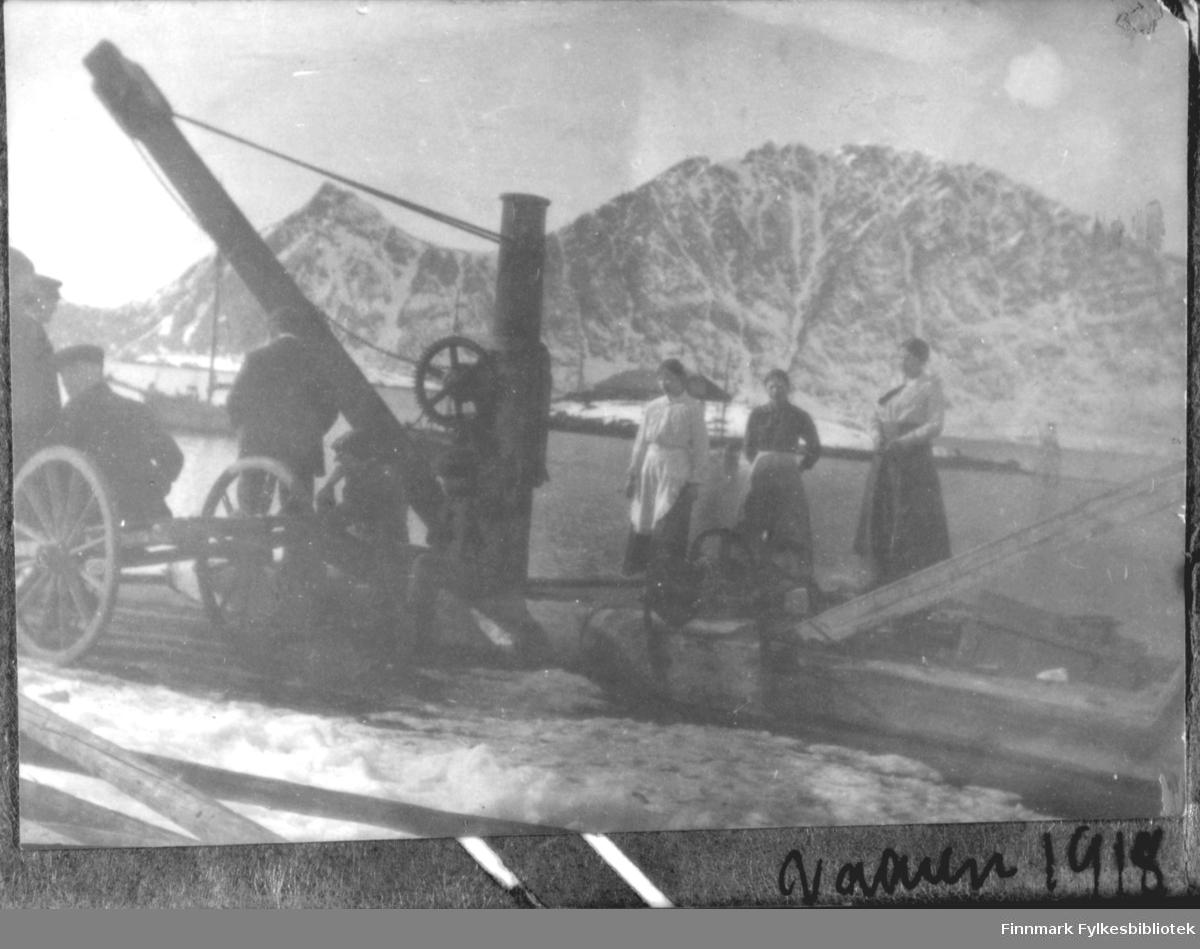 På ei kai i Bergsfjord 1914. Innskrift under bildet 'Vaaren 14'