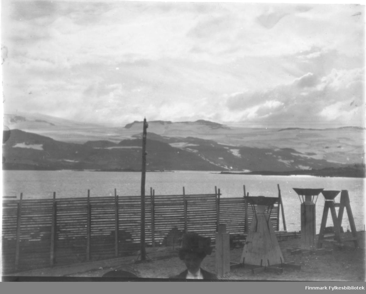 Ukjent sted i Vest-Finnmark. I forgrunnen til høyre noe som ser ut som meteorologisk måleutstyr for nedbør? Sneskjermer