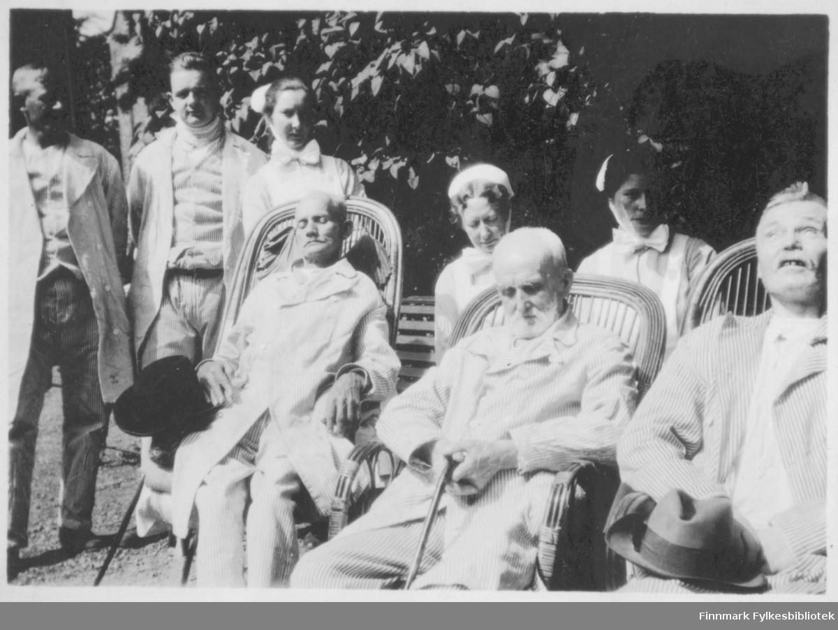 Helsepersonale fotografert ute med pasienter som sitter i sola