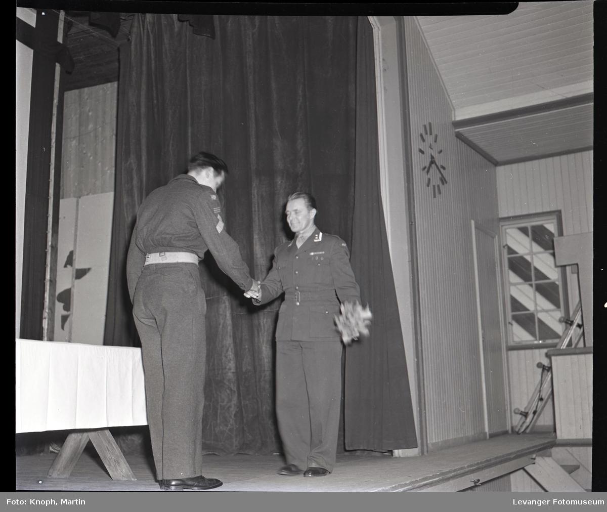 Soldat honoreres i leiren.