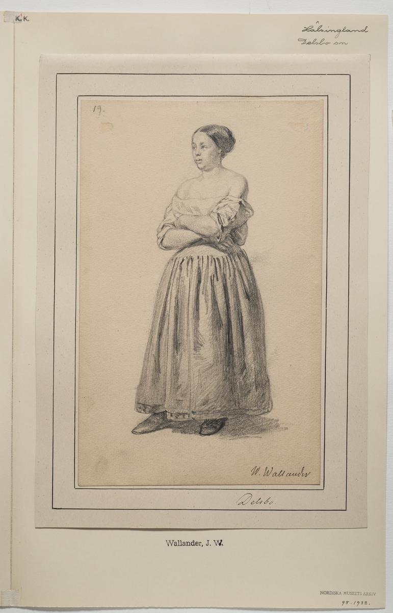 Teckning föreställande kvinna. Hälsingland. Kvinnan har uppsatt hår och bär troligen en särk eller underklänning, även en kjol och överdel eller särk är ett alternativ.