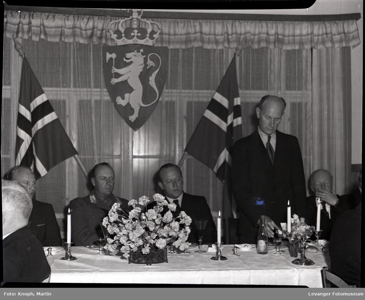Kongelig besøk, statsminister Einar Gerhardsen holder tale.