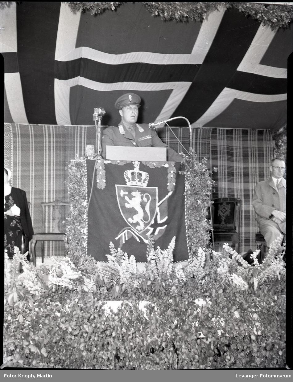 Kongelig besøk, kronsprinsen holder tale.