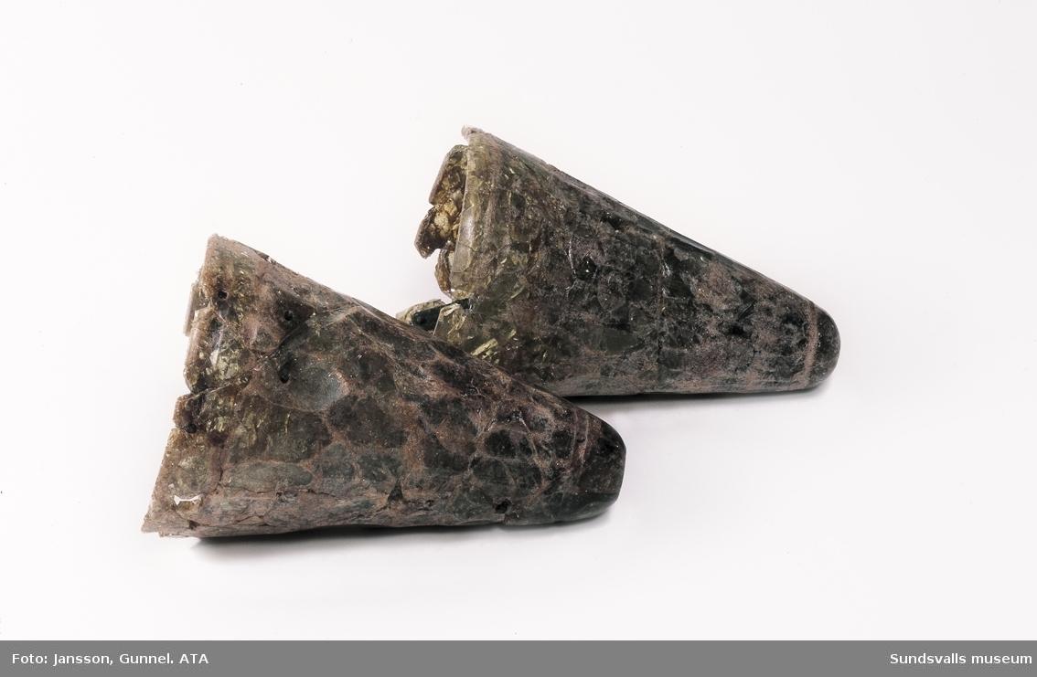Gravfynd från Högoms gravfält (grav 2). Glasbägare, ursprungligen till verkade i området runt Svarta Havet.