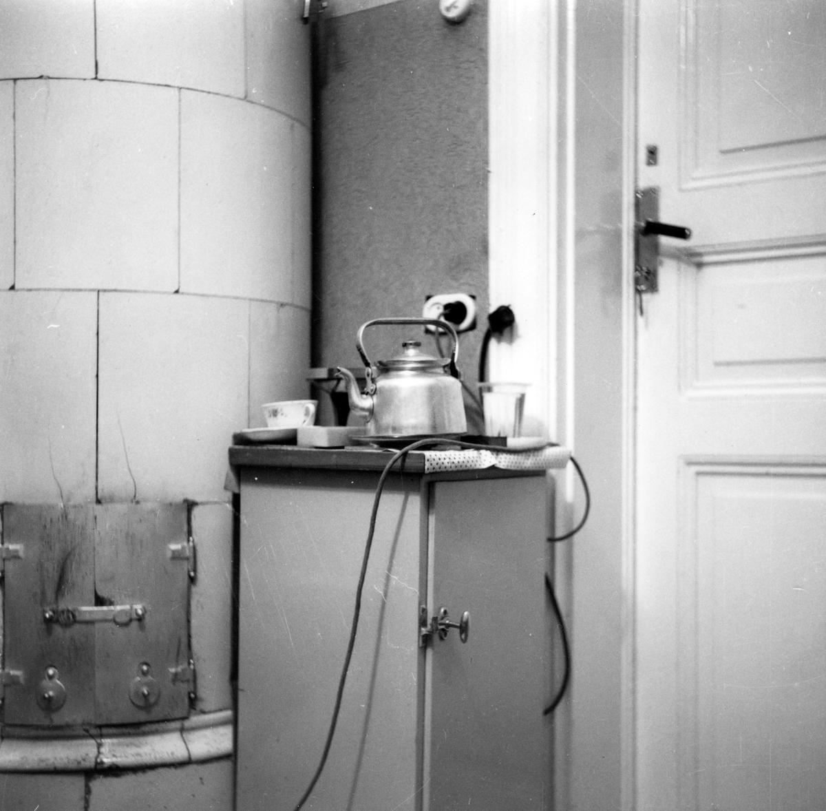 Interiör från fotograf Gustav Anderssons hem på Pilgatan 4 i Jönköping. Det var ett rum på vindsvåningen och saknade rinnande vatten och kök.