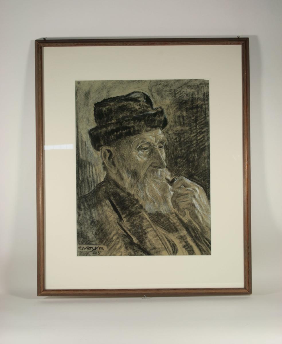 Portrett av en mann med skjegg. Han har på seg en mørk lue i pels, og mørk jakke. Han er avbildet fra øvre skuldre og opp. Han holder en pipe mot munnen. Han sitter vendt mot høyre i tre-fjerdeldels profil.
