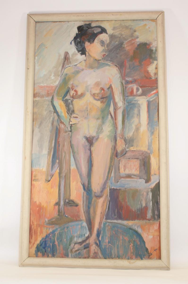 Naken kvinne med lett kryssede ben står med kroppen vendt mot betrakteren, men ansiktet i profil mot høyre. Hun har mørkt, oppsatt hår.