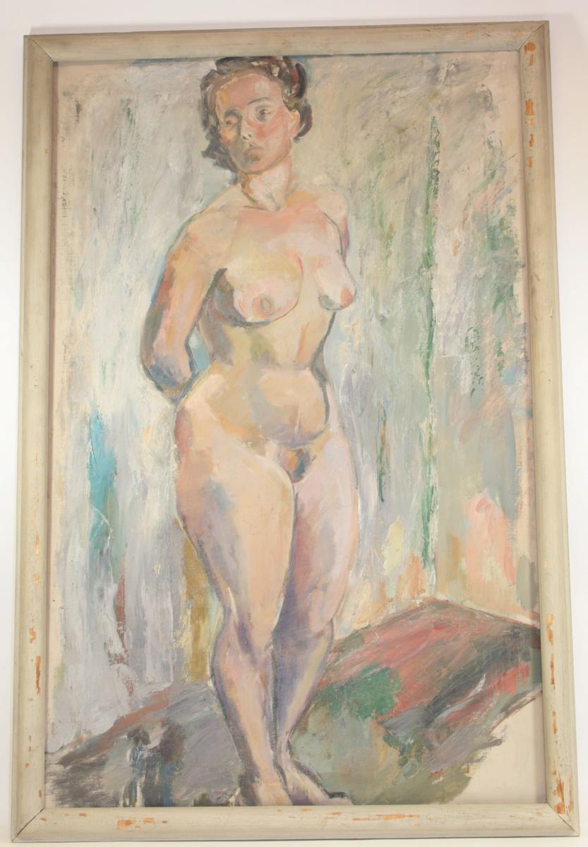 Motivet viser en kvinne, naken. Hun står med bena samlet, og kroppen vendt svakt mot høyre, og ansiktet mot venstre. Hun har hendene på ryggen.